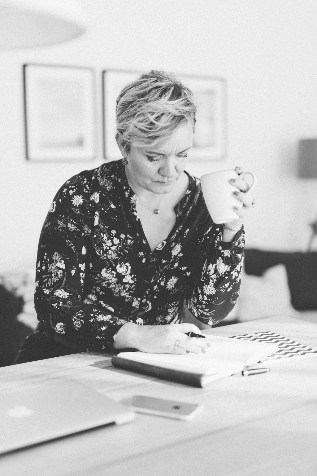 Schreibtisch Büro Nachdenken schreiben Workshop Bootcamp Frau
