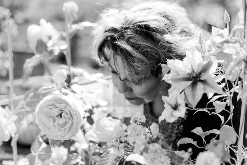 Brandingfotos Frau riecht an Rosen