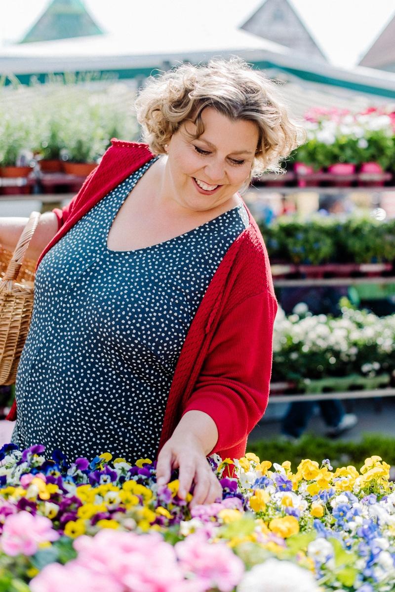 Brandingfotos Frau Blumen Wochenmarkt