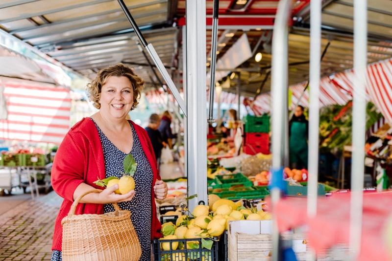 Brandingfotos Frau mit Zitronen auf Wochenmarkt