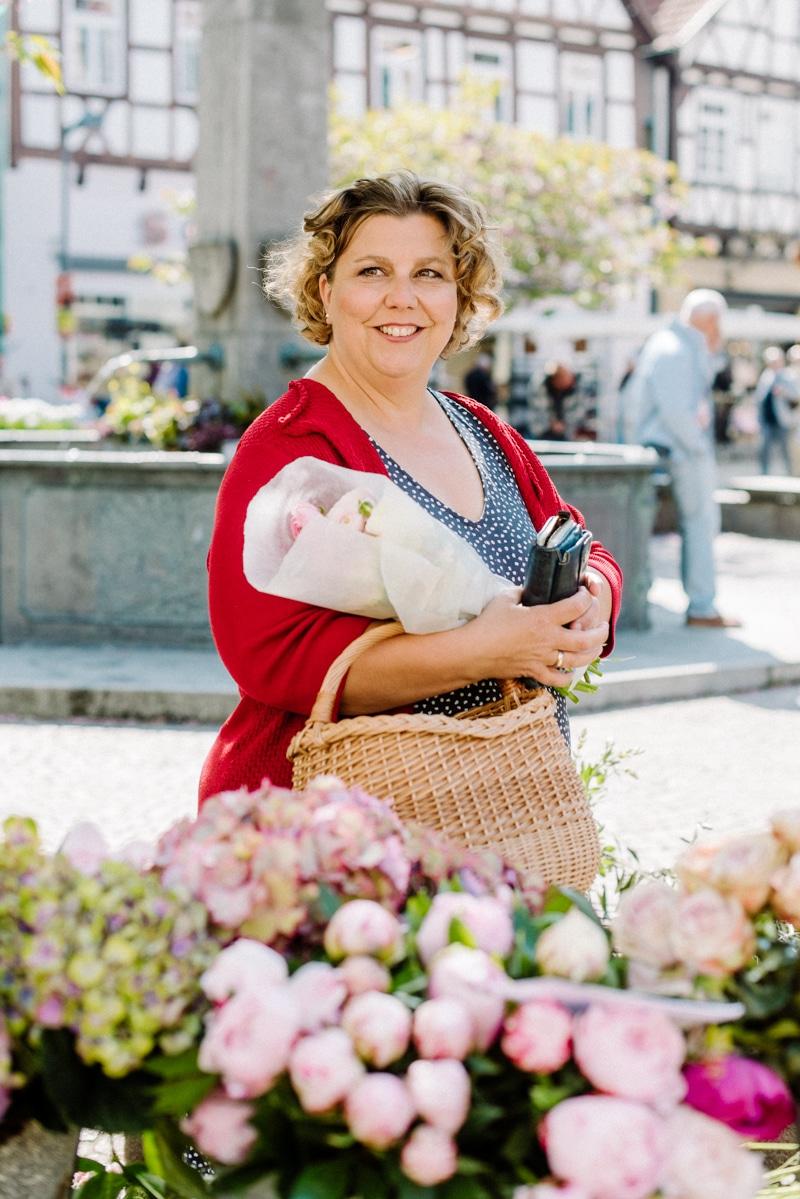 Brandingfotos Frau mit Korb und Blumen Wochenmarkt