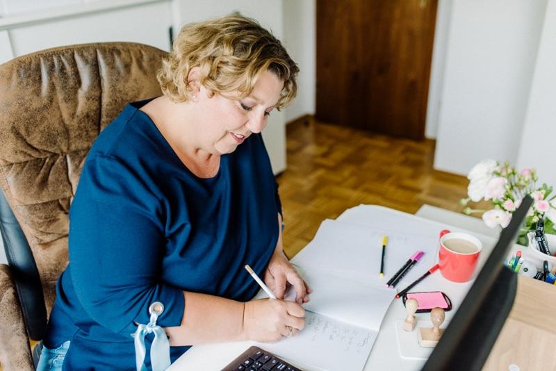 Personal Branding Frau am Schreibtisch Preis