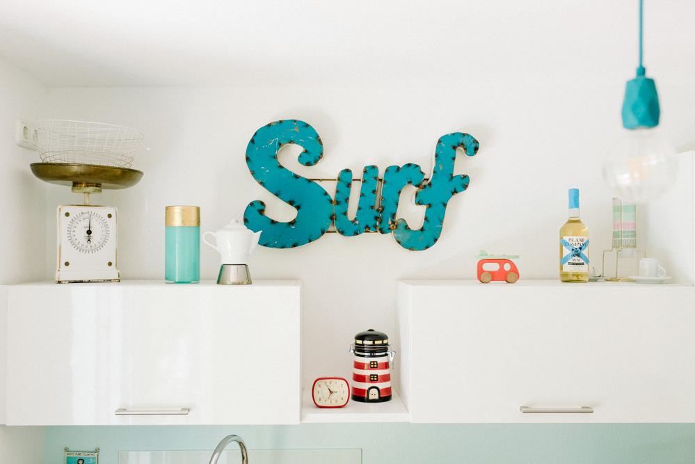 Küchenschrank Surfschild Lampe Waage Wecker Brandingfoto
